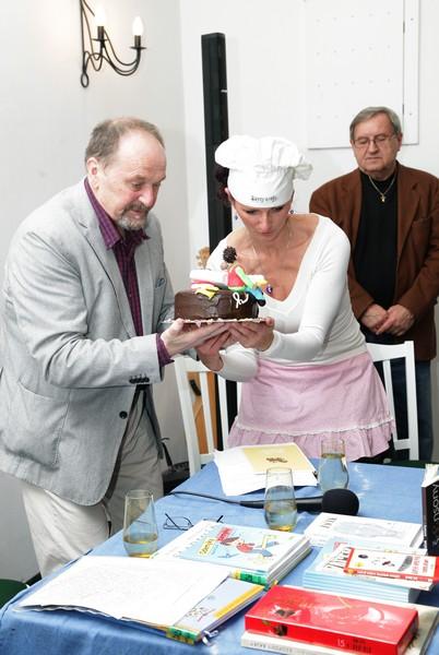 Předání dortu Jiřímu Žáčkovi (vytvořily Dorty z ráje - Eva Dlouhá)
